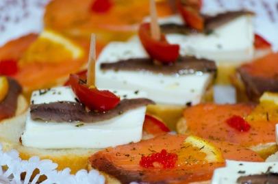 Tostas de queso fresco con anchoa y salmón